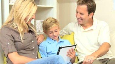 Mladí rodiče a syna pomocí bezdrátové tablet — Stock video