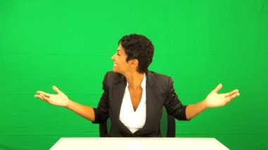 Ethnic Businesswoman Pleased Green Screen Demonstration — Stok video