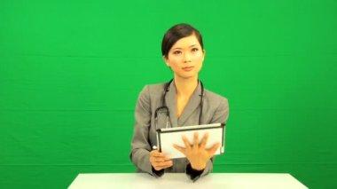 азиатские девушки доктор графічний планшет зеленый экран — Стоковое видео