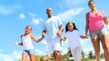慢跑为年轻的非洲裔美国家庭的乐趣 — 图库视频影像