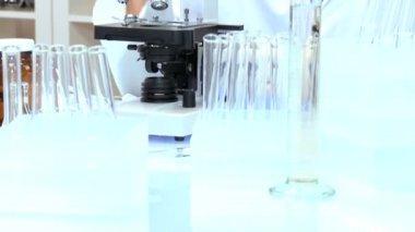 Samec studenta lékař ve výzkumné laboratoři — Stock video
