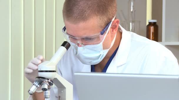 Doctor estudiante masculino en marco completo laboratorio de investigación — Vídeo de stock