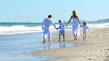 Glückliche caucasian familie strandurlaub zu genießen — Stockvideo