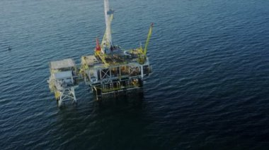 Aerial view of deep ocean oil platform, USA — Stock Video