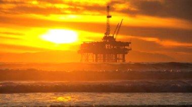 Hierro estructura costera perforación petrolífera de la plataforma — Vídeo de stock
