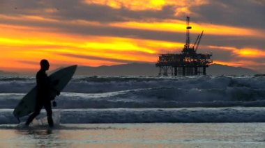 Surfer Walking Beach Oil Rig — Stock Video