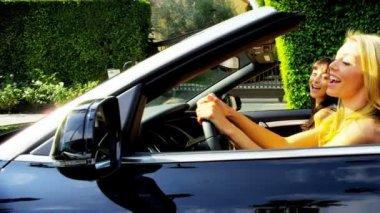 Pretty Girls Cruising Through Beverley Hills — Stock Video