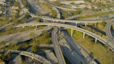 Aerial elevated road system suburbs, USA — Stock Video