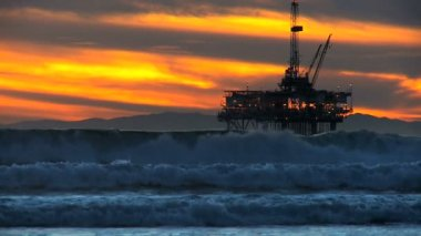 Distant Oil Rig Sunset — Stok video