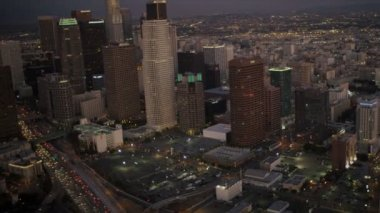 Aerial city view of traffic at dusk, Los Angeles, USA — Stock Video