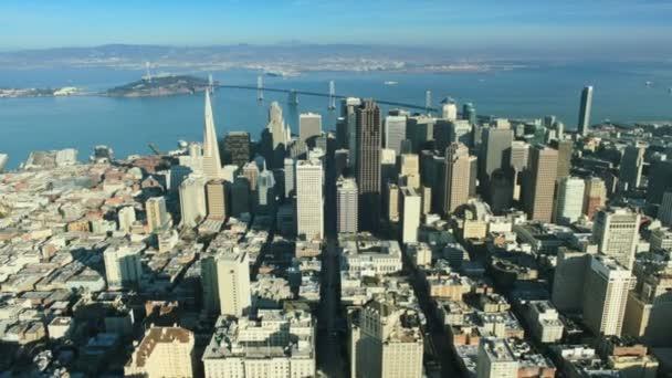 Vista aérea de la ciudad de san francisco y el puente Bahía, america, usa — Vídeo de stock
