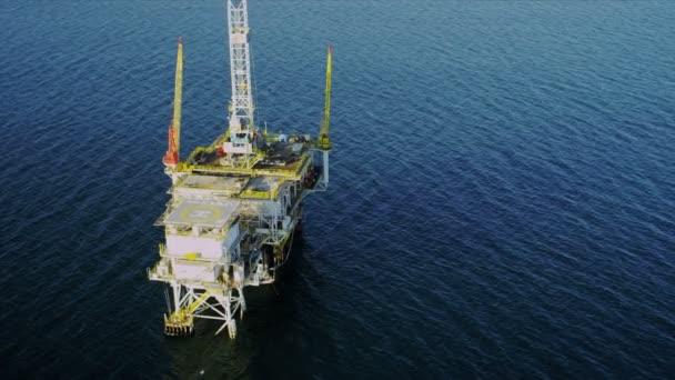 Vista aérea de aceite plataforma profundidades oceánicas, Estados Unidos — Vídeo de stock