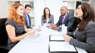 Multi etnische directiekamer zakelijke bijeenkomst — Stockvideo