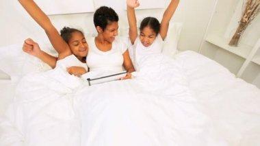 Etniska mamma döttrar sovrum morgon trådlös tablet — Stockvideo