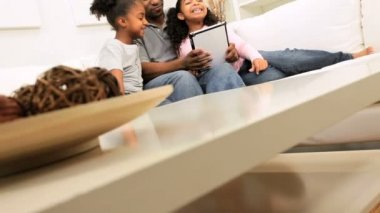 Ethnic Father Daughters Wireless Tablet Home — Vídeo de Stock