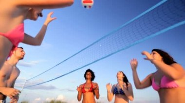 Young people playing beach volleyball — Stock Video