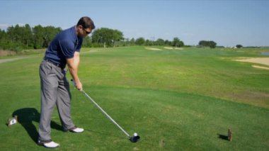 Male golfer using driver — Stok video