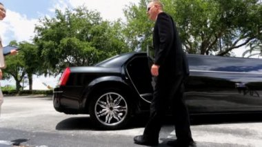 Business advisers getting into limousine — Stock Video