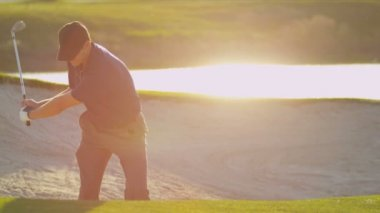 Professional golfer using sand wedge — Stok video