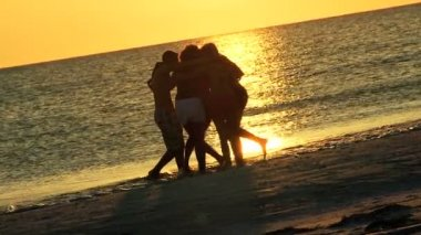 Teenagers enjoying spring break together — Stock Video