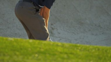 Professional golfer using sand wedge — 图库视频影像
