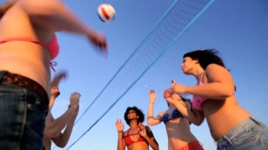 Carefree teenagers enjoying beach volleyball — Stock Video