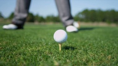 Professional golfer teeing off — Stock Video