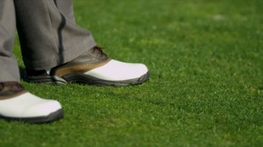 Golfer wearing smart golf shoes — Stock Video