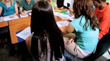 Étudiants en salle de classe avec l'enseignant — Vidéo