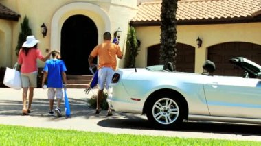 Family unpacking car after arriving — Vídeo de stock