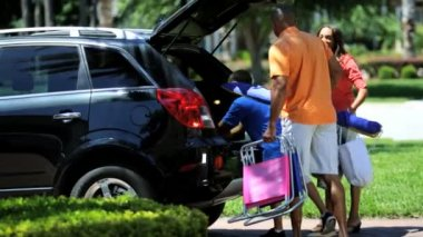 Parents and son packing car — Vídeo de stock
