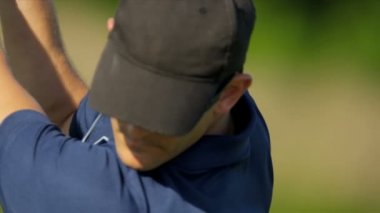 Male professional golfer teeing off — Stock Video
