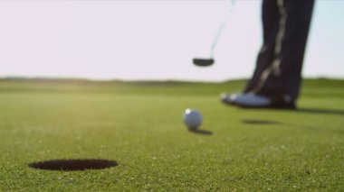 Male professional golfer using putter — Stock Video