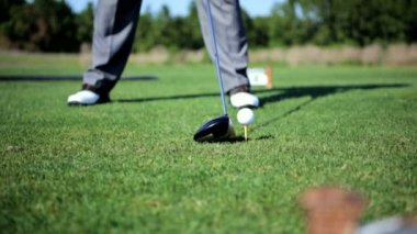 Professional male golfer teeing off — Stock Video