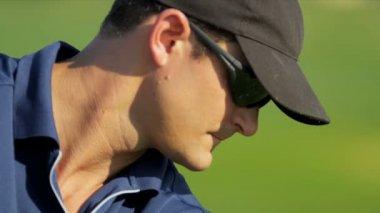 Male golfer practicing swing — Stock Video