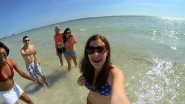 Teens splashing in ocean — Stock Video