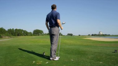 Male golfer on golf course — Stock Video