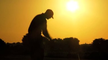 Male golfer driving off — Stock Video