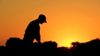 Golfer preparing to tee off — Stock Video