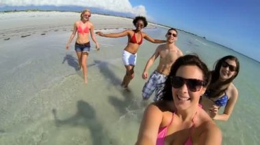 Teens enjoying on beach vacation — Stock Video