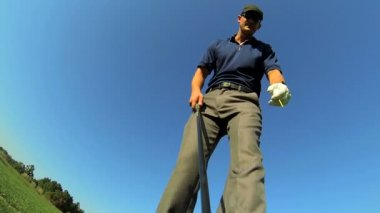 Golfer placing ball on tee — Stock Video