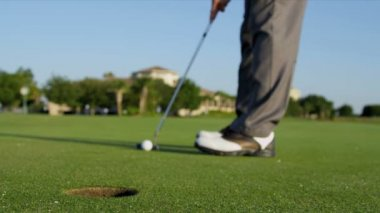 Male golfer using putter — Stock Video