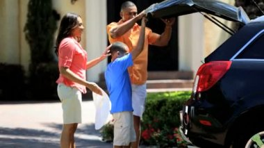 Family unpacking car on return — Vídeo de stock