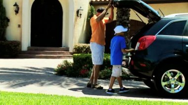 Father and son arriving home — Vídeo de stock