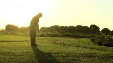 Golfer am golfplatz — Stockvideo