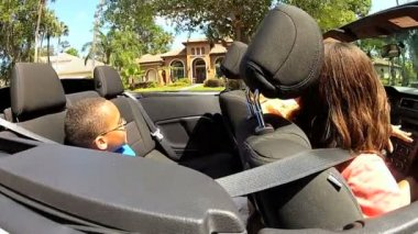 Couple with son in cabriolet — Stock Video