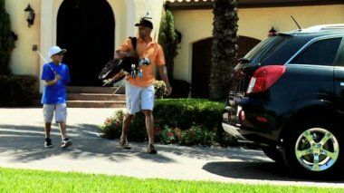 Father and son with golf clubs — Vídeo stock