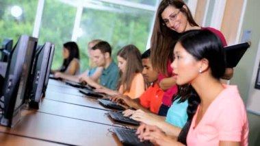 Profesor de aula con los estudiantes — Vídeo de stock