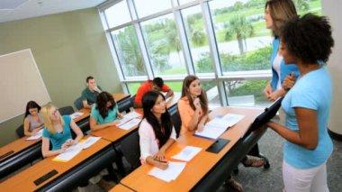 Vysokoškoláků v učebně — Stock video