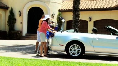 Family unpacking car after arriving — Stockvideo